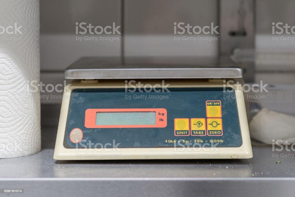 kitchen scales on a shelf - foto de stock