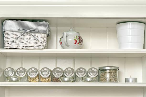 küchenregal mit gläsern. - küchenorganisation stock-fotos und bilder