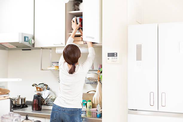 küche aufbewahrungsmöglichkeit - offene regale stock-fotos und bilder