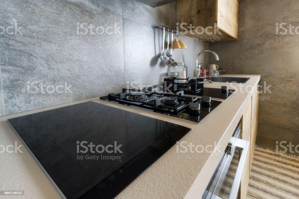 Küchentisch mit moderner Ausstattung – Foto