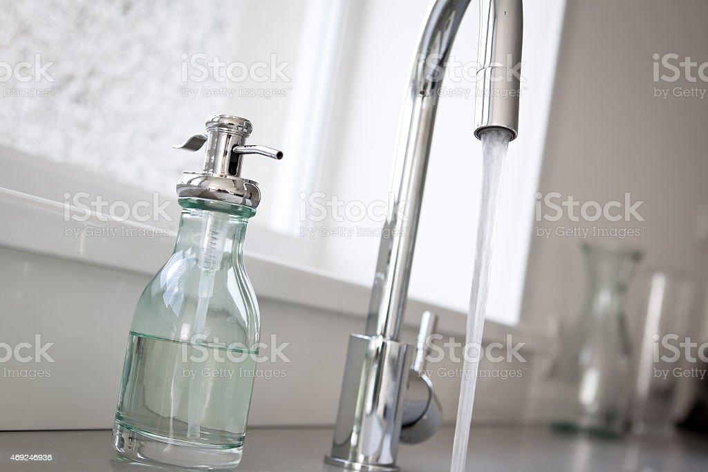 Küche Tippe Fließendes Wasser Und Seifenspender Stock-Fotografie und ...