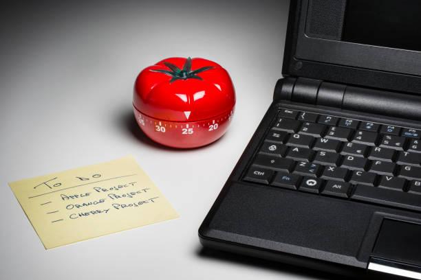 Temporizador de cocina para cocinar y trabajar productivamente. - foto de stock