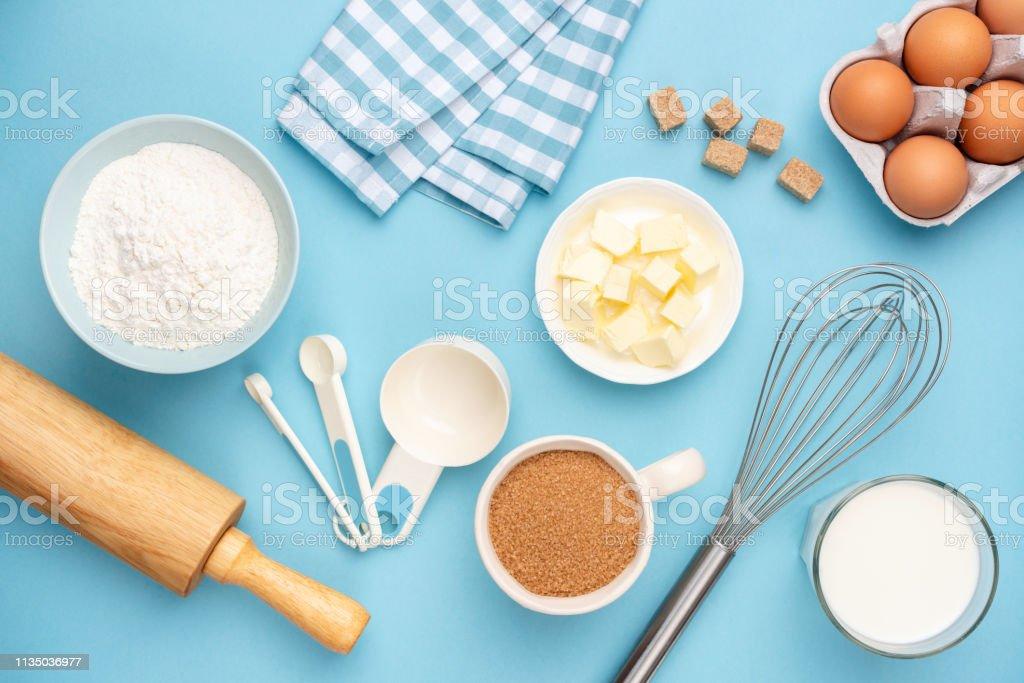 Mavi arka planda mutfak eşyaları ve pişirme malzemeleri - Royalty-free Arka planlar Stok görsel