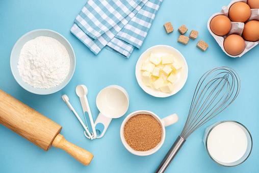 Mavi Arka Planda Mutfak Eşyaları Ve Pişirme Malzemeleri Stok Fotoğraflar & Arka planlar'nin Daha Fazla Resimleri