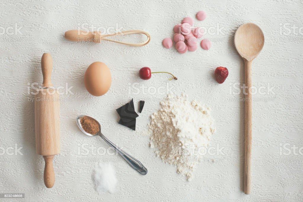 Utensílios de cozinha e alimentos em fundo branco - knolling - foto de acervo