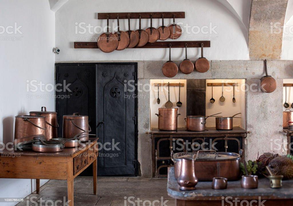 Photo libre de droit de Ustensiles De Cuisine Et La Vaisselle Sur Le ...