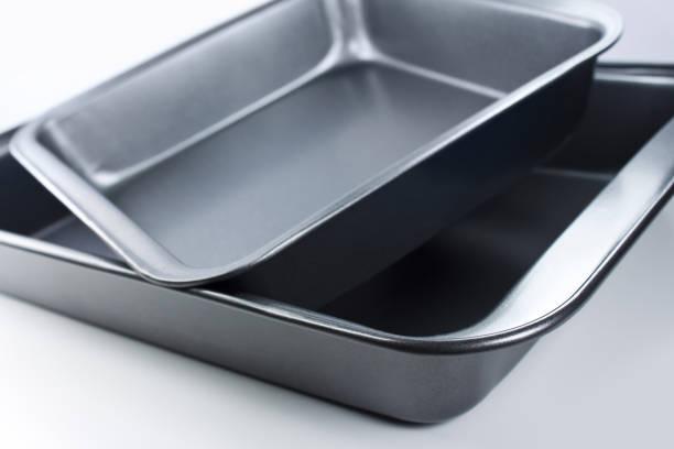 Küchenutensilien Backformen auf weißem Hintergrund – Foto