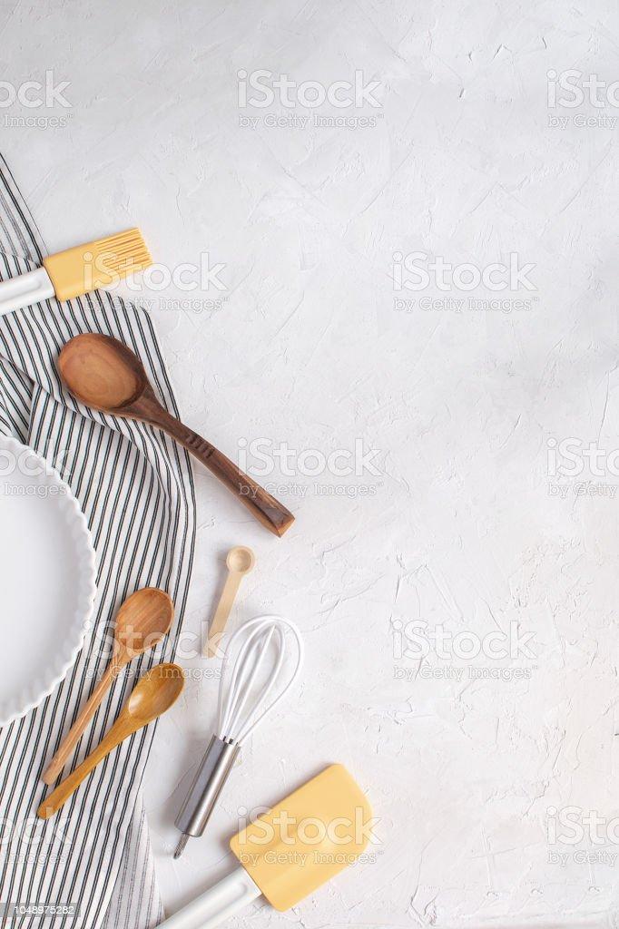 Kuchenutensilien Zum Backen Keramik Tart Pan Schneebesen Kochloffel Silikonspachtel Pinsel Auf Zerknittert Gestreifte Serviette Heften Stockfoto Und Mehr Bilder Von Backen Istock