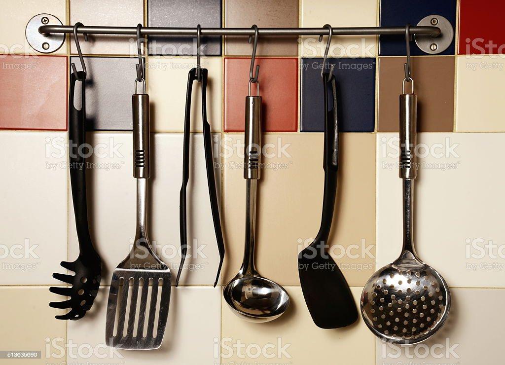 Utensili Da Cucina Su Un Muro Di Piastrelle Colorate - Fotografie ...