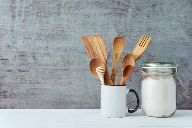 kitchen utensils in ceramic cup on a gray background, copy space - przybór kuchenny zdjęcia i obrazy z banku zdjęć