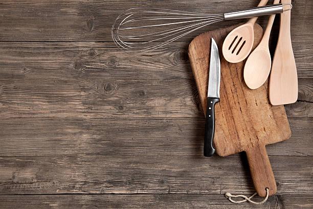 kitchen utensils on wooden table - keukengereedschap stockfoto's en -beelden