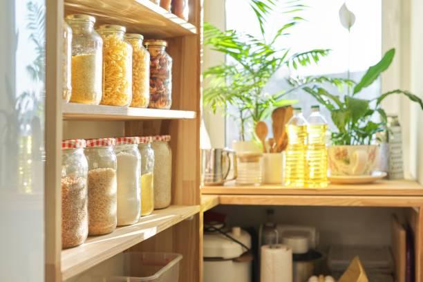 Mutfak gereçleri, kiler ahşap masa üzerinde ayçiçek yağı, evde gıda depolama stok fotoğrafı