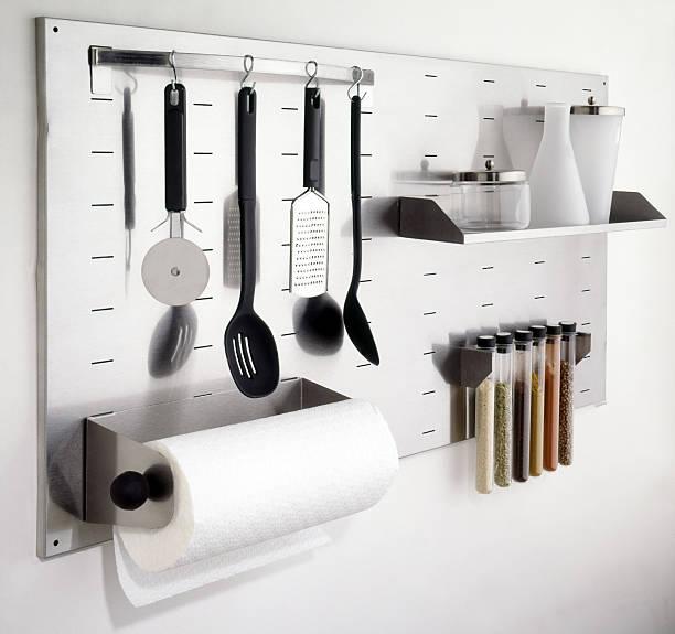Küchenutensilien auf weiße Wand-Schnitt – Foto