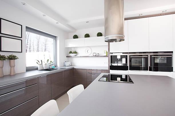 küche mit großer küche raum - kochinsel stock-fotos und bilder