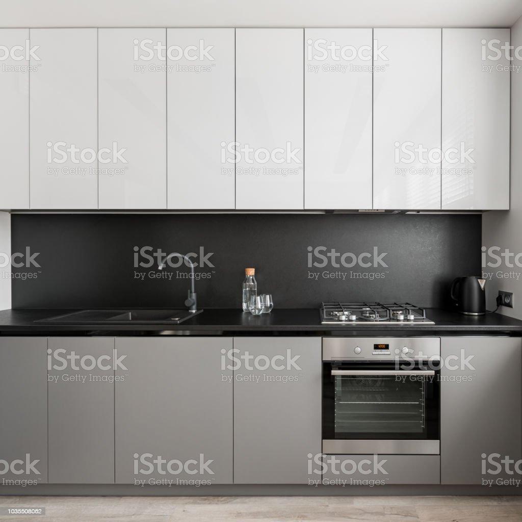 Küche Mit Schwarzen Arbeitsplatte Stockfoto und mehr Bilder von  Arbeitsplatte
