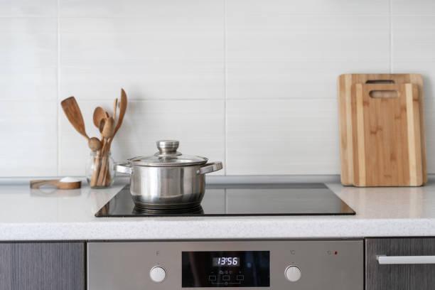 cuisine avec construit dans le poêle à induction en céramique - cuisinière photos et images de collection