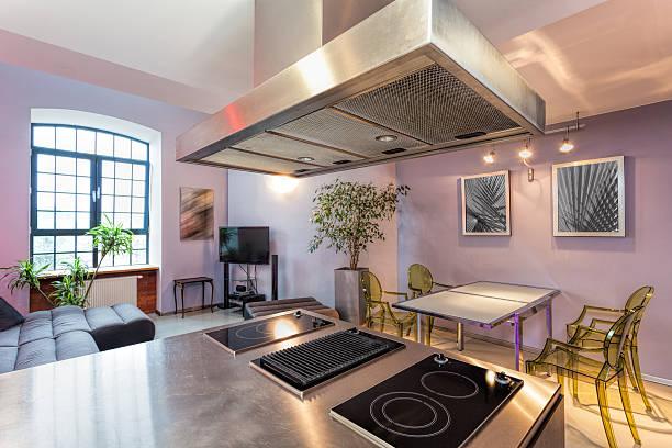 küche und wohnzimmer - küche lila stock-fotos und bilder
