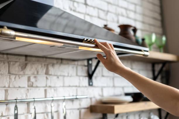kök med modern inredning, möbler och utrustning - kvinna ventilationssystem bildbanksfoton och bilder