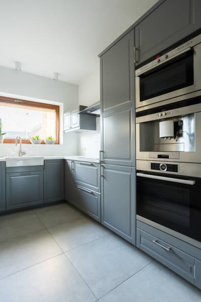 küche mit olivgrünen schränken - küche deko grün stock-fotos und bilder