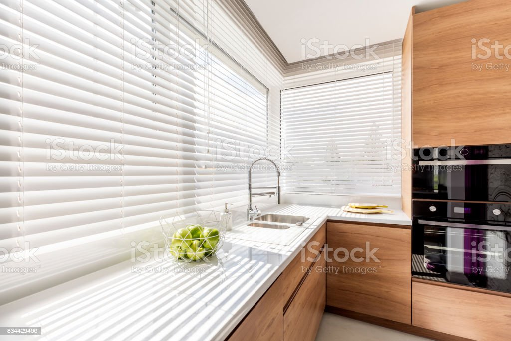 Küche mit weißen Fenster-Vorhänge Lizenzfreies stock-foto