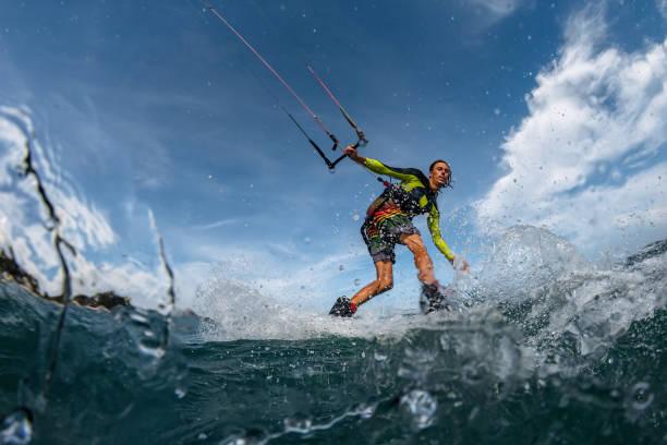 Kite Surfer en las olas - foto de stock