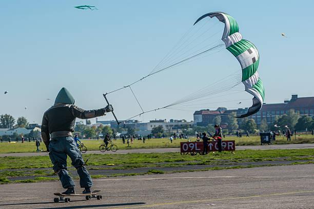 kite surfer am flughafen tempelhof - berlin tempelhof stock-fotos und bilder
