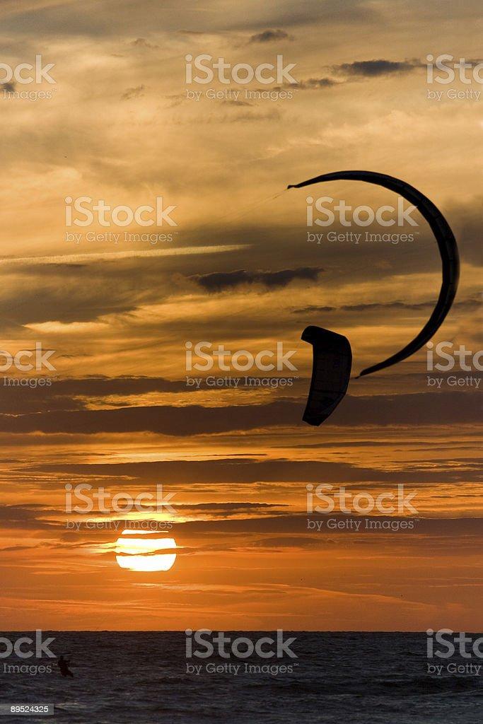 Kite Surfen bei Sonnenuntergang Lizenzfreies stock-foto