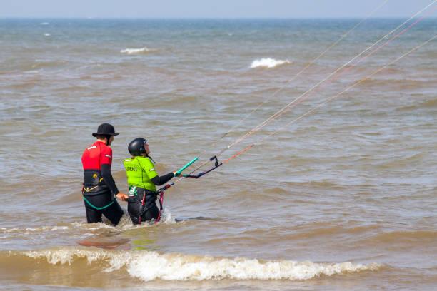 kite-surf-unterricht - kitesurfen lernen stock-fotos und bilder
