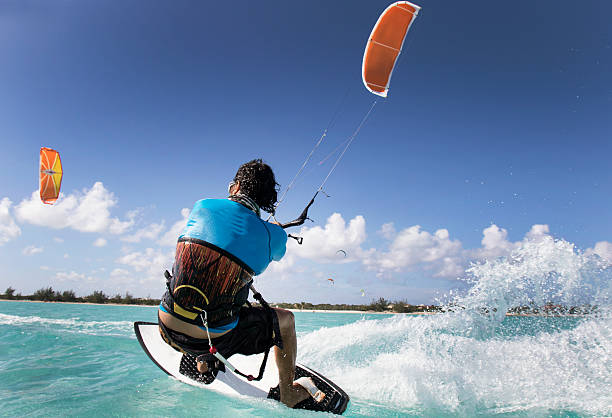 kite surfing man in the caribbean - kiteboarding - fotografias e filmes do acervo
