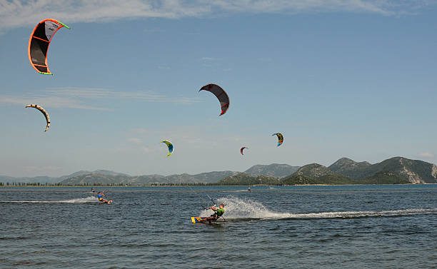 kite surfing near blace - kitesurfen lernen stock-fotos und bilder