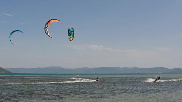 kitesurfen in der nähe von blace - kitesurfen lernen stock-fotos und bilder