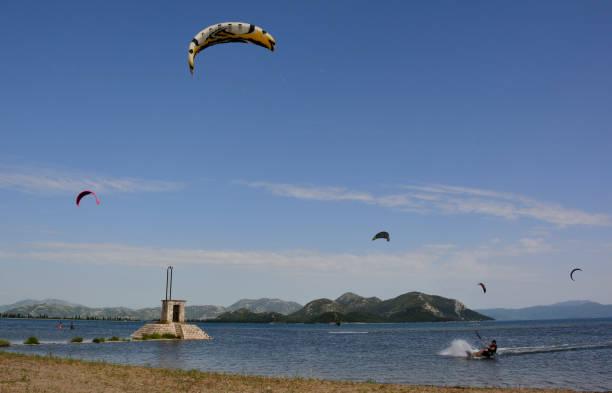 kite-surfen in der nähe von blace - kitesurfen lernen stock-fotos und bilder