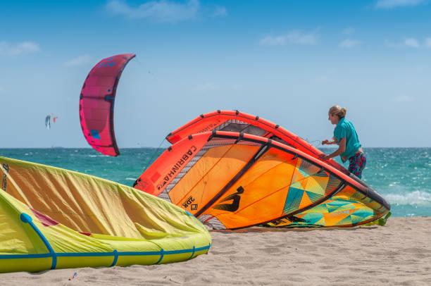 kiteboard schule - kitesurfen lernen stock-fotos und bilder