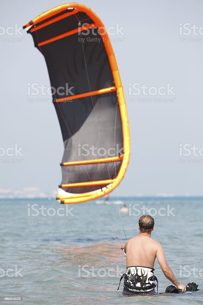 Kiteboarder 리프팅 솔개 royalty-free 스톡 사진