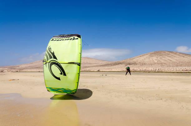 kitesurfer am strand von sotavento, fuereventura - kitesurfen lernen stock-fotos und bilder