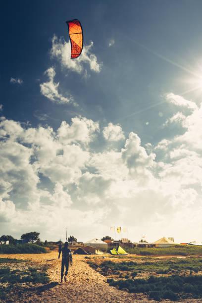 kitesurf-unterricht sommerurlaub urlaub surfen konzept - kitesurfen lernen stock-fotos und bilder