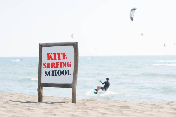 kitesurf-schule-brett - kitesurfen lernen stock-fotos und bilder