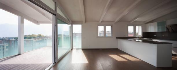 kithcen in einem luxus-apartment - veranda decke stock-fotos und bilder