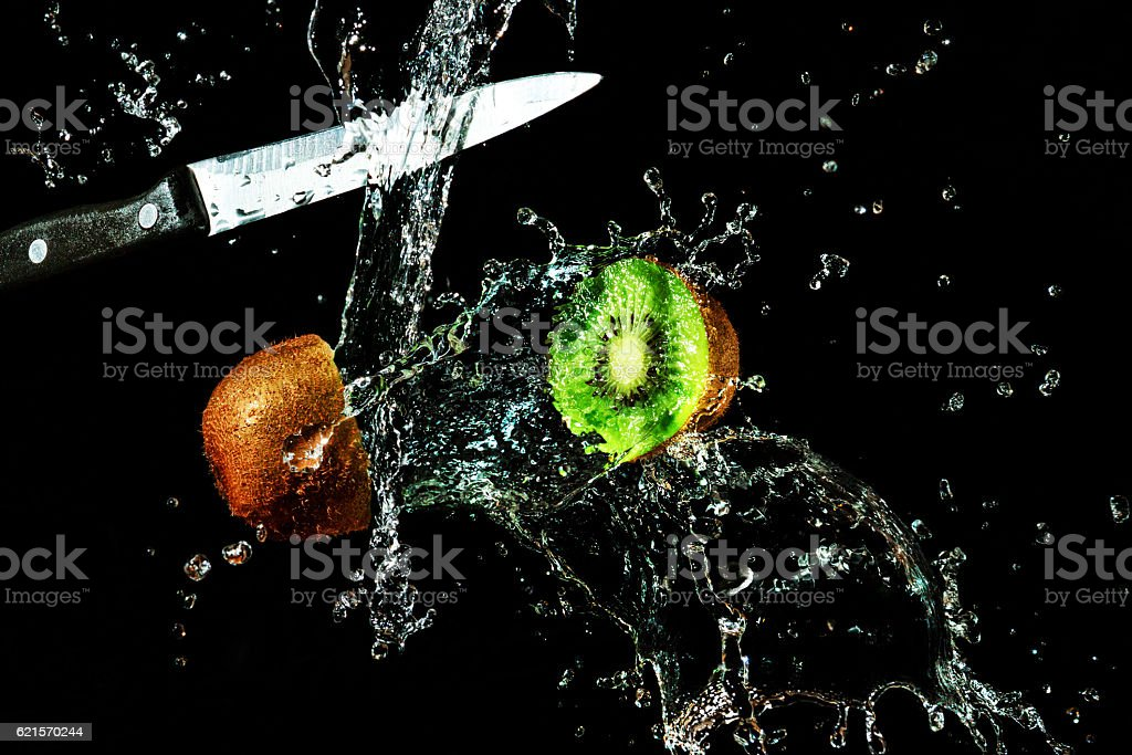 kiwi in a spray of water photo libre de droits