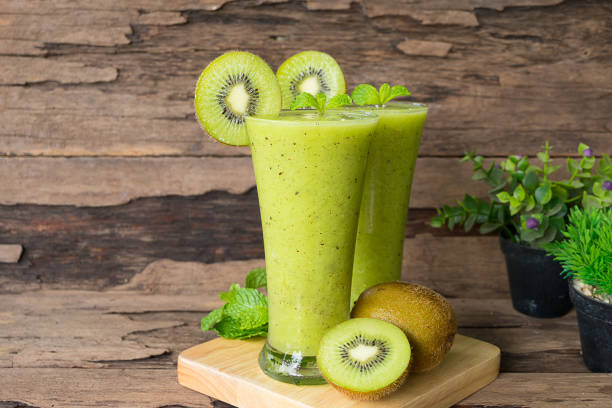 kiwi-smoothies und kiwis - low carb shakes stock-fotos und bilder