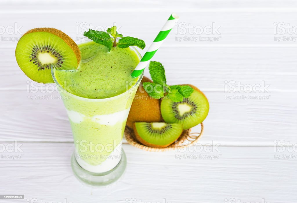 Kiwi yogurt smoothies juices and kiwi green fruit beverage healthy the taste yummy in glass for for milkshake on wooden white background. - Стоковые фото Без людей роялти-фри