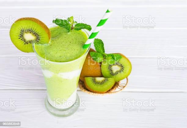 Kiwi Yogurt Smoothies Juices And Kiwi Green Fruit Beverage Healthy The Taste Yummy In Glass For For Milkshake On Wooden White Background — стоковые фотографии и другие картинки Без людей