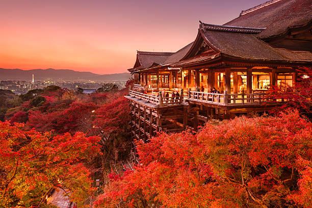 kiyomizu tempel in kyoto, japan - landschaftspanorama stock-fotos und bilder