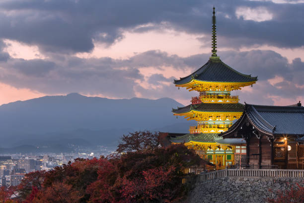 pagoda de kiyomizu-dera, con vistas a kyoto - kyoto fotografías e imágenes de stock