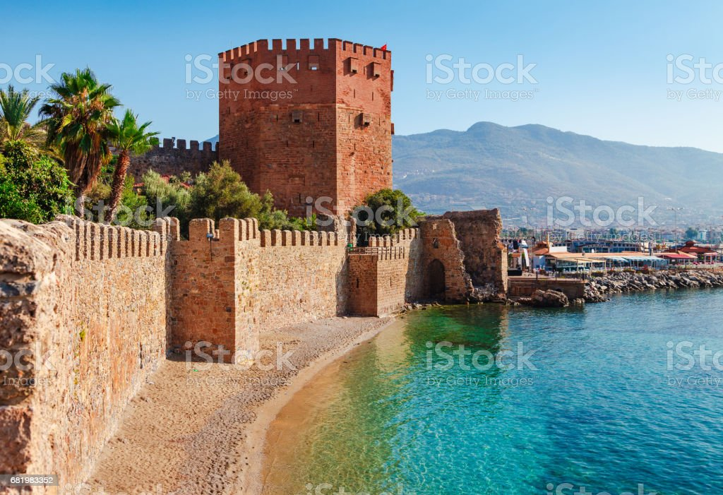 Kızıl Kule kule Alanya Yarımadası'nda, Antalya bölgesinde, Türkiye, Asya. Ünlü turizm yüksek dağlarla. Antik eski kale parçası. Yaz parlak gün stok fotoğrafı