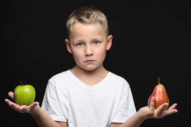 Kleiner Jung Hut Einen Apfel Und Eine Birne in der Hand – Foto