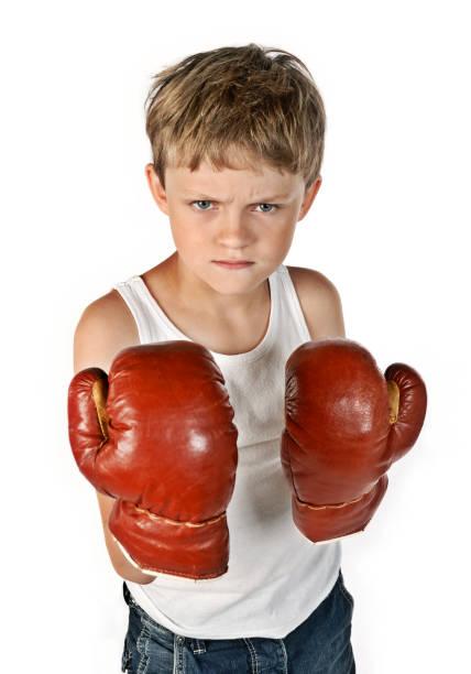 Kleiner Junge mit großen Boxhandschuhen stock photo