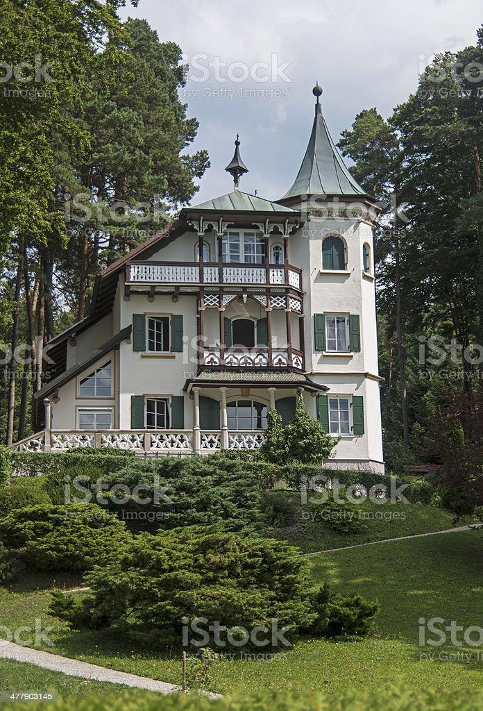 Kleines Schlösschen mit Garten royalty-free stock photo