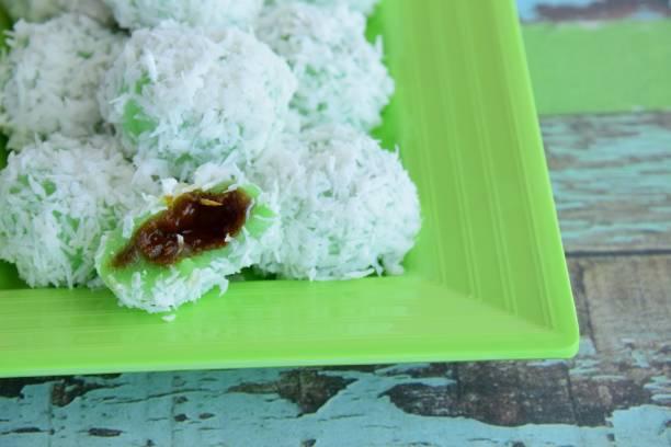klepon, indonesian dessert made from cocont and palm sugar - pandan składnik zdjęcia i obrazy z banku zdjęć