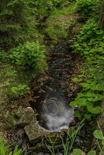 Foto de Klokotivy Creek Jizerske Montanhas Num Dia De Primavera e mais fotos de stock de Aldeia